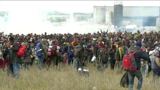 Policiais e imigrantes entram em conflito na fronteira da Grécia