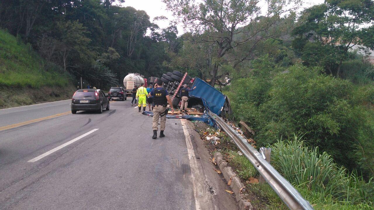 Caminhão carregado com bebidas tomba na BR-040 em Santos Dumont