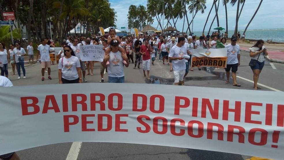 Grupo de moradores do Pinheiro saiu em caminhada pela orla de Maceió — Foto: Aurea Montes/Arquivo pessoas