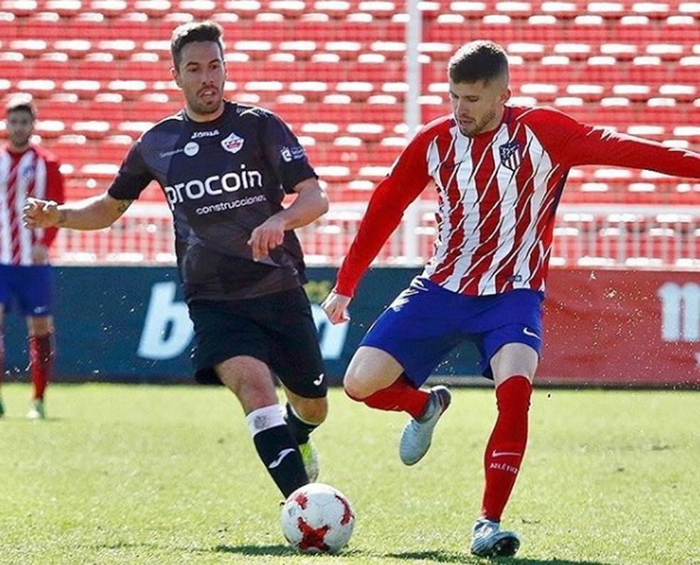 Na direita, Caio Henrique atuando pelo Atlético de Madrid — Foto: Reprodução redes sociais