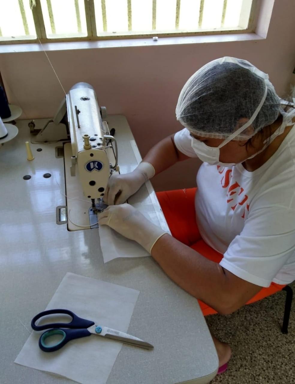 Presas do presídio de Torres produzem as máscaras para utilização interna — Foto: Susepe / Divulgação