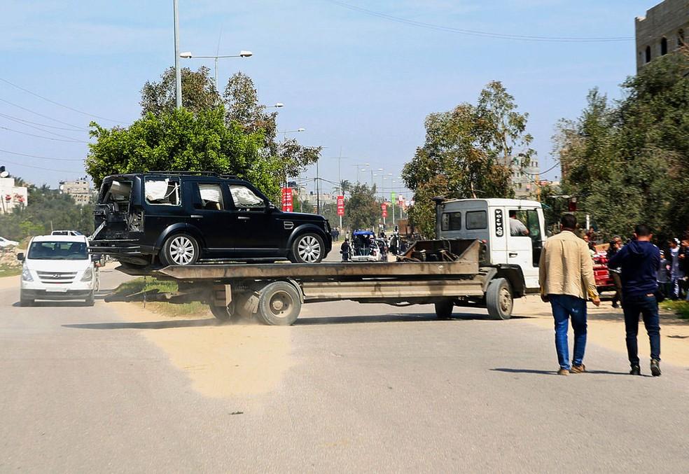 -  Carro danificado em explosão durante passagem de comboio com premiê na Faixa de Gaza, nesta terça-feira  13   Foto: Adel Hana/AP