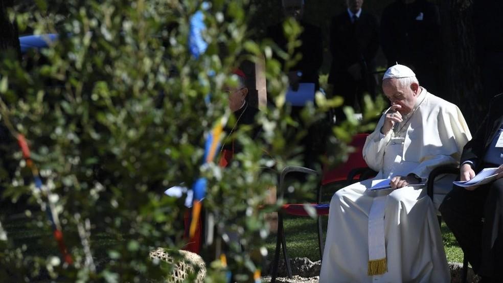 Papa Francisco em cerimônia nos jardins do Vaticano realizada com indígenas da Amazônia — Foto: Divulgação/Vatican News