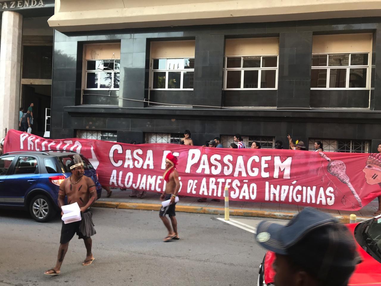 Em protesto em Florianópolis, indígenas pedem construção de casa de passagem