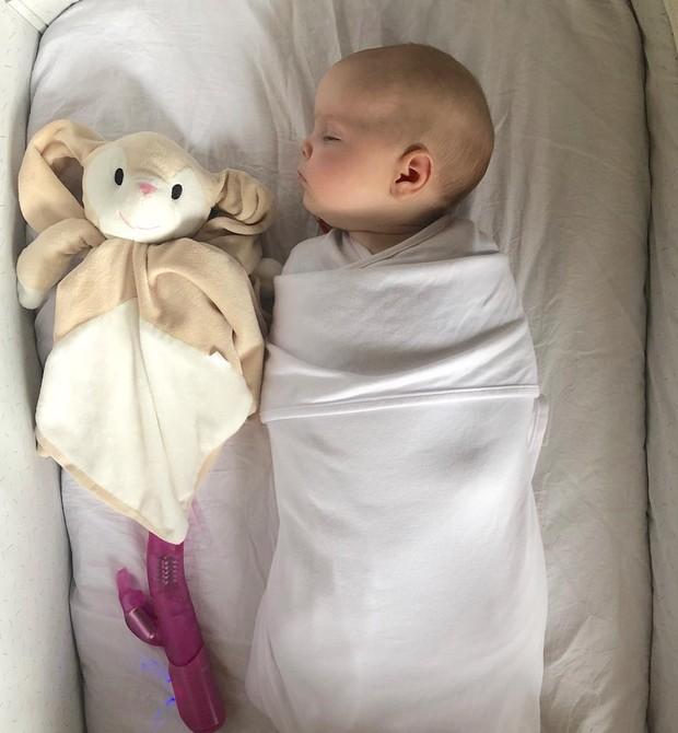 O objeto nada convencional usado pelo pai para fazer a pequena Lucie dormir (Foto: Reprodução/ Instagram)