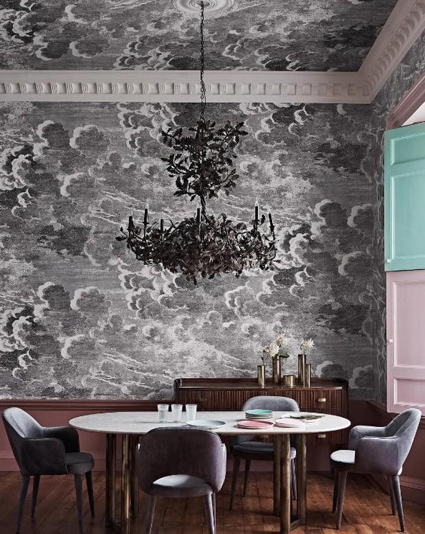Décor do dia: papel de parede até no teto na sala de jantar