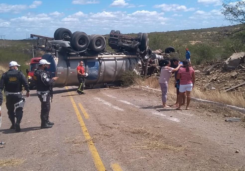 Acidente envolvendo caminhão-pipa e caminhonete na RN-288, na região Seridó — Foto: Redes sociais