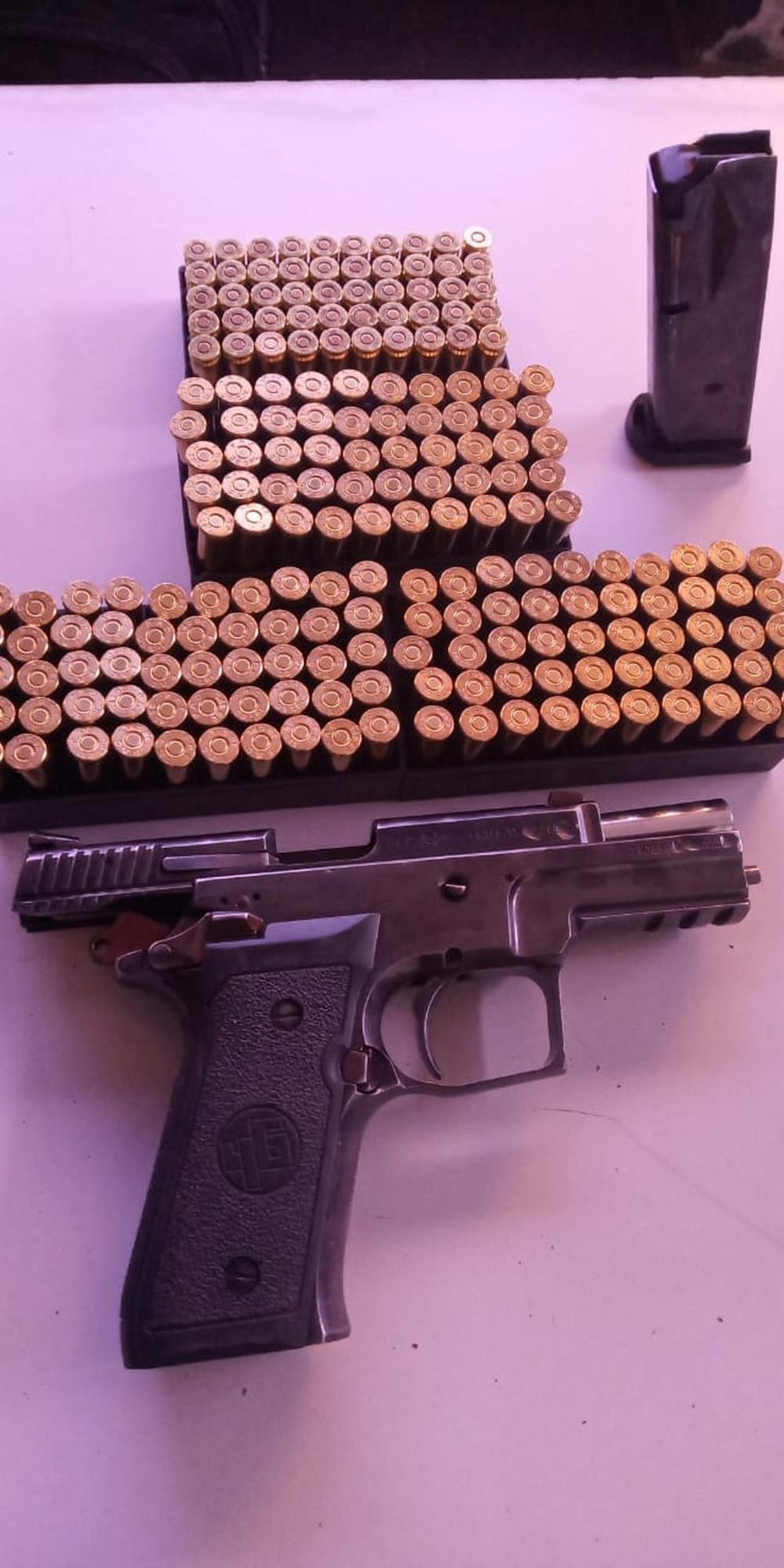 Dois são presos em MS com pistola, munições e 372,5 kg de maconha que seriam levados para SP