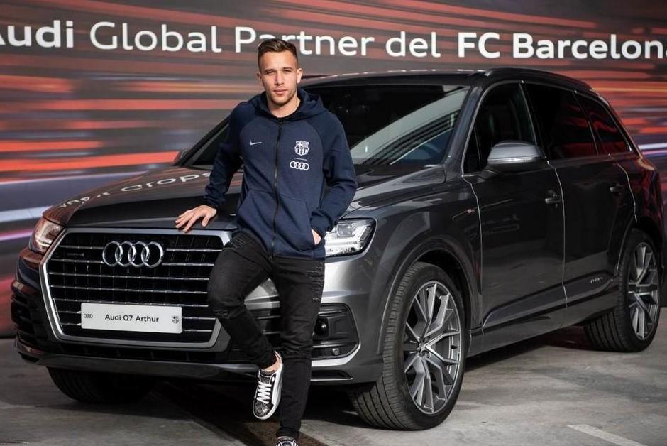 Arthur posa com Audi Q7 para a temporada 19/20 (Foto: Divulgação/Barcelona)