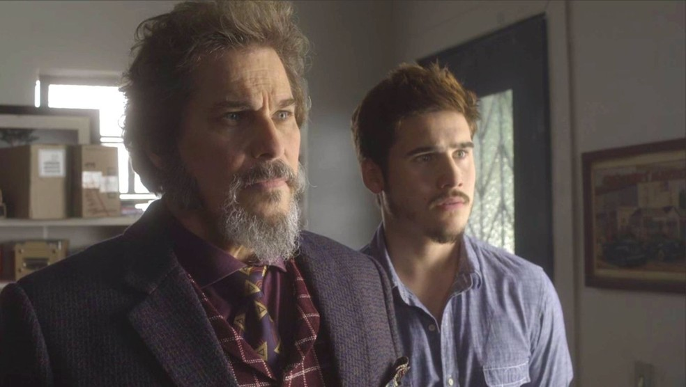 Dom Sabino (Edson Celulari) descobre que Lúcio (João Baldasserini) quer sua morte, em 'O Tempo Não Para' — Foto: TV Globo