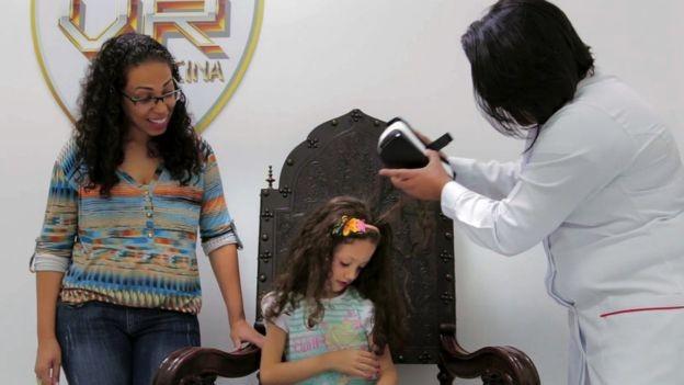 O headset de realidade virtual ajuda as crianças a relaxarem e facilitam a aplicação da vacina (Foto: VR Vaccine via BBC News Brasil)
