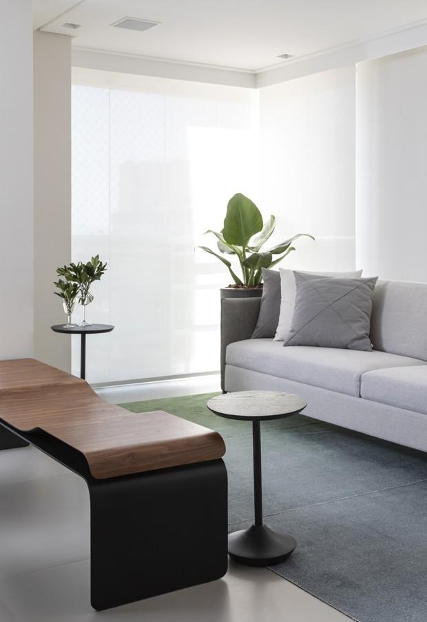 Madeira e pedra trazem sofisticação a apartamento após reforma (Foto: Evelyn Muller)