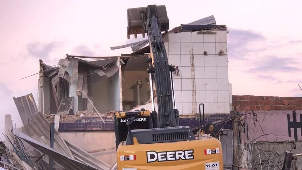 Demolição dos dois imóveis no Recife foi feita pela Defesa Civil — Foto: Reprodução/TV Globo