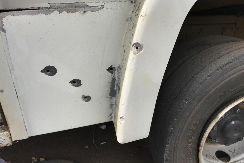 Carro ficou cheio de marcas de tiro — Foto: Ilton Dias/TV Anhanguera