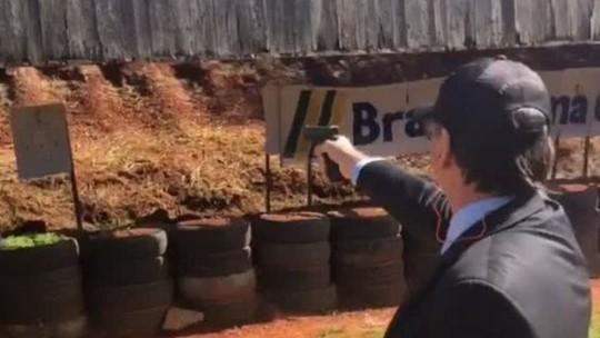 Bolsonaro faz flexões e pratica tiro ao visitar tropa de elite da PF