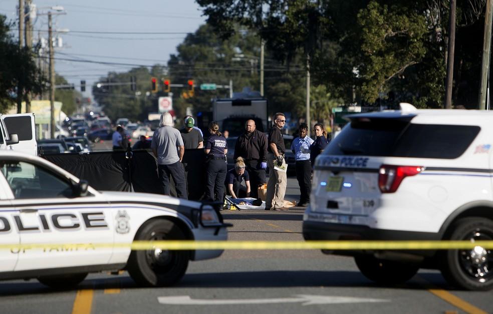 -  Policiais são vistos em cena de crime no bairro de Seminole Heights, em Tampa. Pelo menos quatro pessoas foram mortas no local desde 9 de outubro  Fo