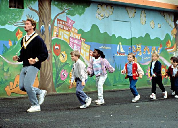KINDERGARTEN COP, Arnold Schwarzenegger, and his kindergarten class, 1990. (Foto: Reprodução/Instagram)