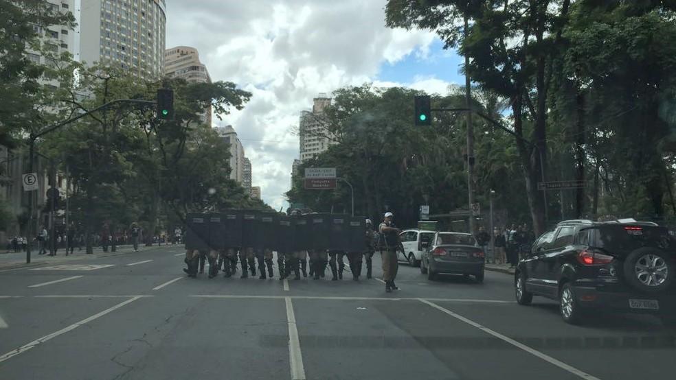 Policiais da Tropa de Choque fecham Avenida Afonso Pena e dispersam manifestação de professores (Foto: Raquel Freitas/G1)