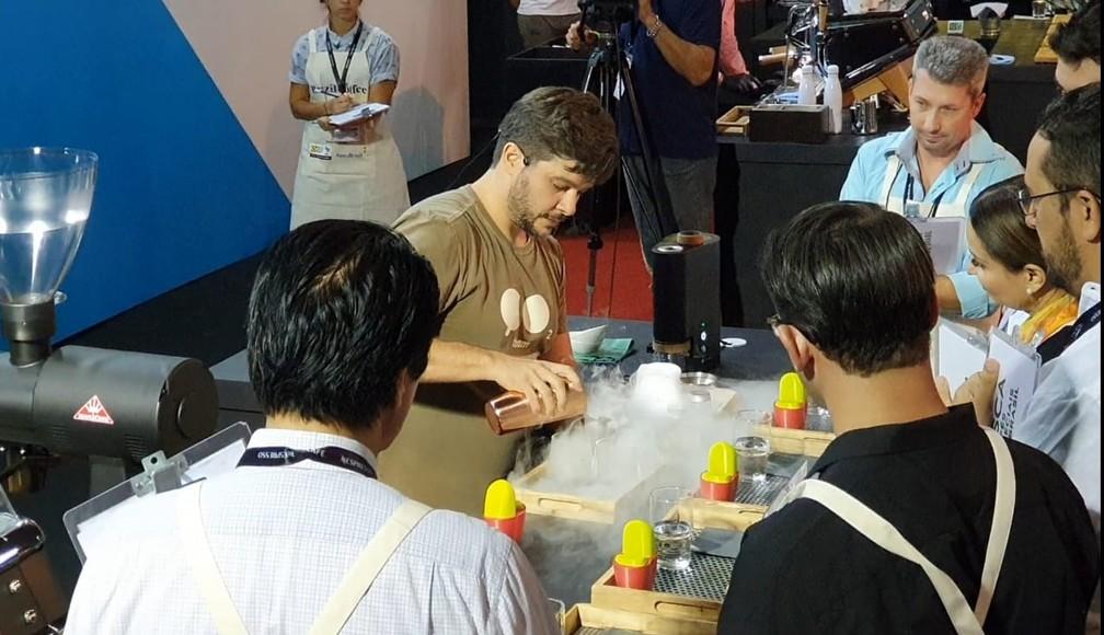 Barista Léo Moço faz drinque com robusta amazônico durante competição em Minas Gerais.  — Foto: Renata Silva/Embrapa-RO