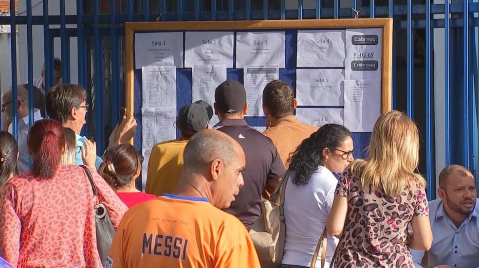 Mural de vagas foi colocado em frente ao prédio do PAT de Araçatuba e candidatos puderam selecionar e escolher oportunidades (Foto: Reprodução/TV TEM)
