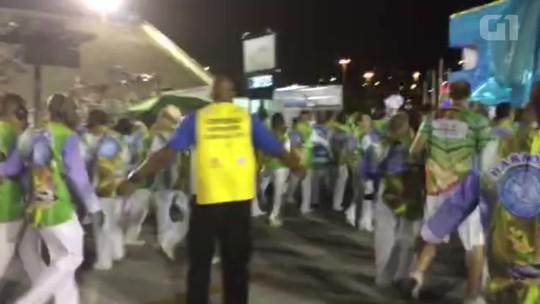 Integrantes da Caprichoso se apressam no final do desfile