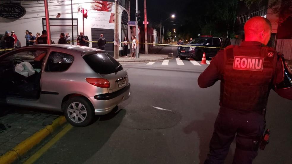 Segundo a Guarda Municipal, um carro parou ao lado do veículo da vítima e o motorista atirou — Foto: Divulgação/Guarda Municipal