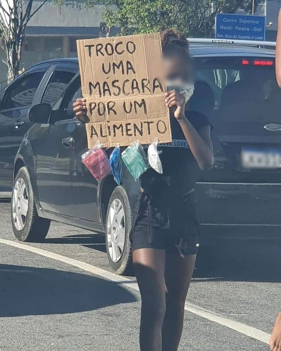 Criança insistiu em acompanhar a mãe, que passou a vender doces no sinal da avenida da Zona Oeste do Rio — Foto: Reprodução/Redes Sociais