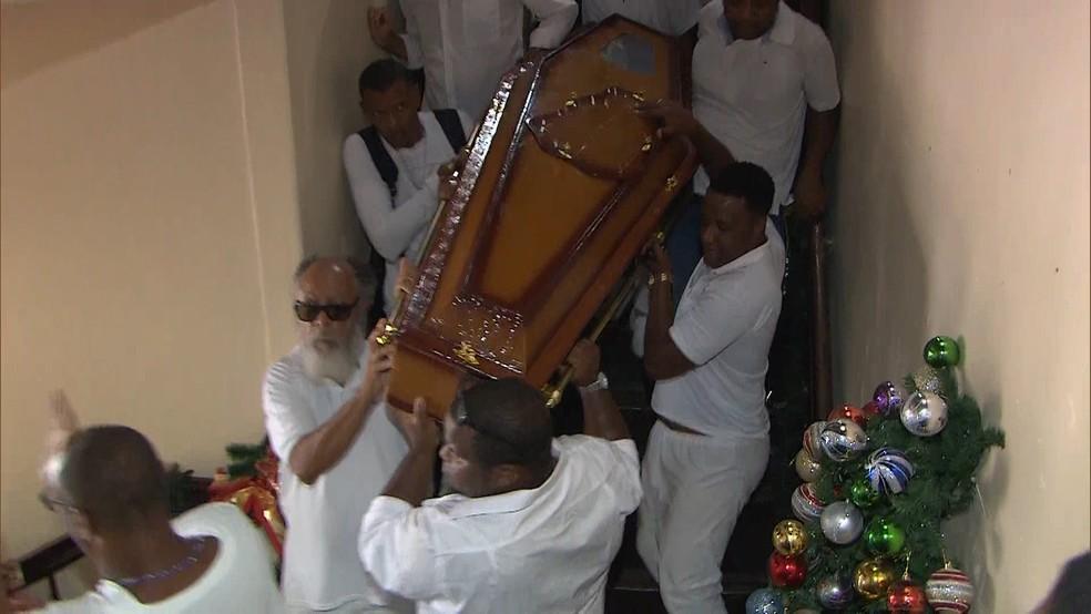 Corpo de Mãe Stella de Oxóssi foi retirado de velório em Nazaré e trazido para Salvador — Foto: Reprodução/ TV Bahia