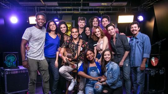 Elenco de 'Rock Story' surpreende fãs com pocket show exclusivo