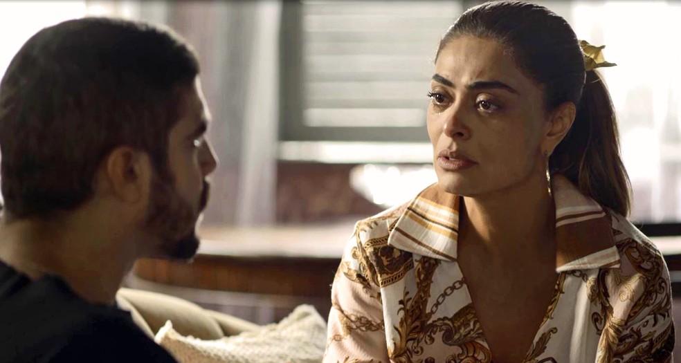 Maria da Paz (Juliana Paes) vai com Rock (Caio Castro) até a mansão para falar com Josiane (Agatha Moreira), em 'A Dona do Pedaço' — Foto: Globo
