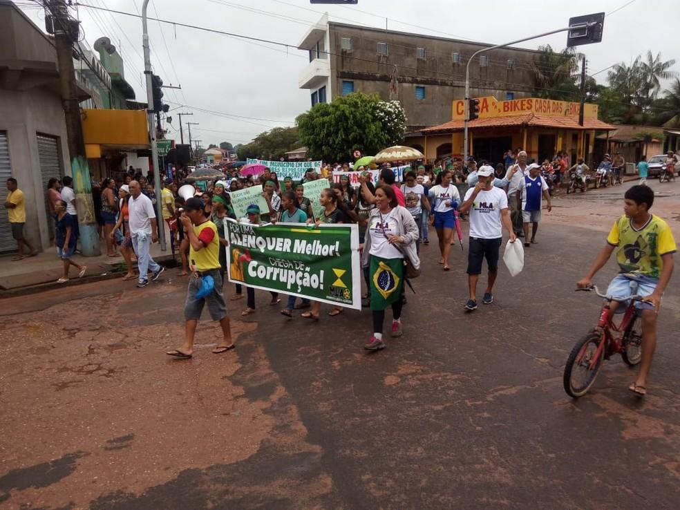 Protesto contra o descaso municipal e contra a corrupção reúne moradores de Alenquer em manifestação (Foto: Hilton Rodrigues/Arquivo pessoal)