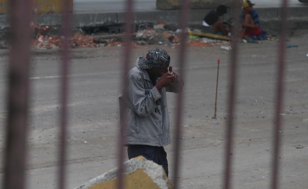 Homem usando crack na Av. Brasil (Foto: Marcos Serra Lima / G1)