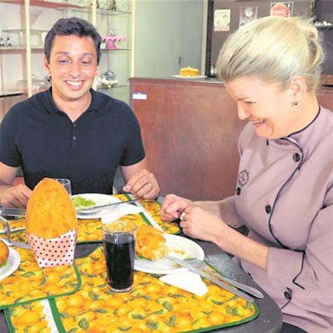 Pedro Neville entrevista Dora Nicoletto, que criou uma receita de ovo de Páscoa de coxinha de galinha (Foto: Divulgação)