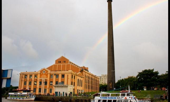Flagrante de um bonito arco-íris como visto do Gasômetro, um dos pontos mais conhecidos da cidade de Porto Alegre, capital do Rio Grande do Sul.