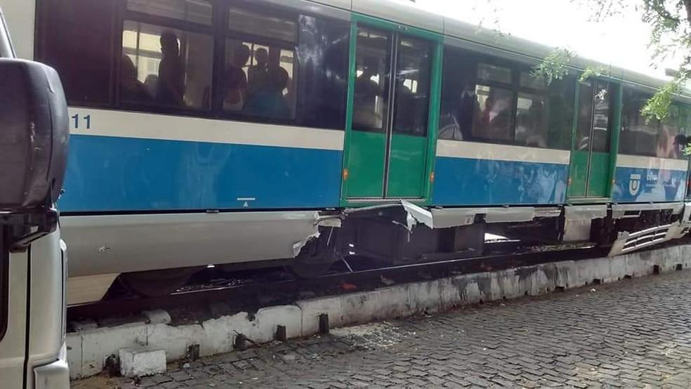 Estrutura de VLT ficou destruída após batida em caminhão de poda, em Natal  — Foto: Chico Potengy