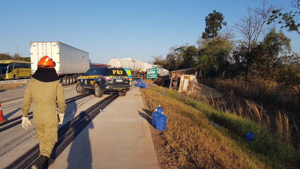 Uma das carretas capotou e saiu da pista (Foto: CBM-MT)