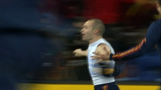 Torcedores rivais homenageiam Iniesta em dia de salvação para Espanyol