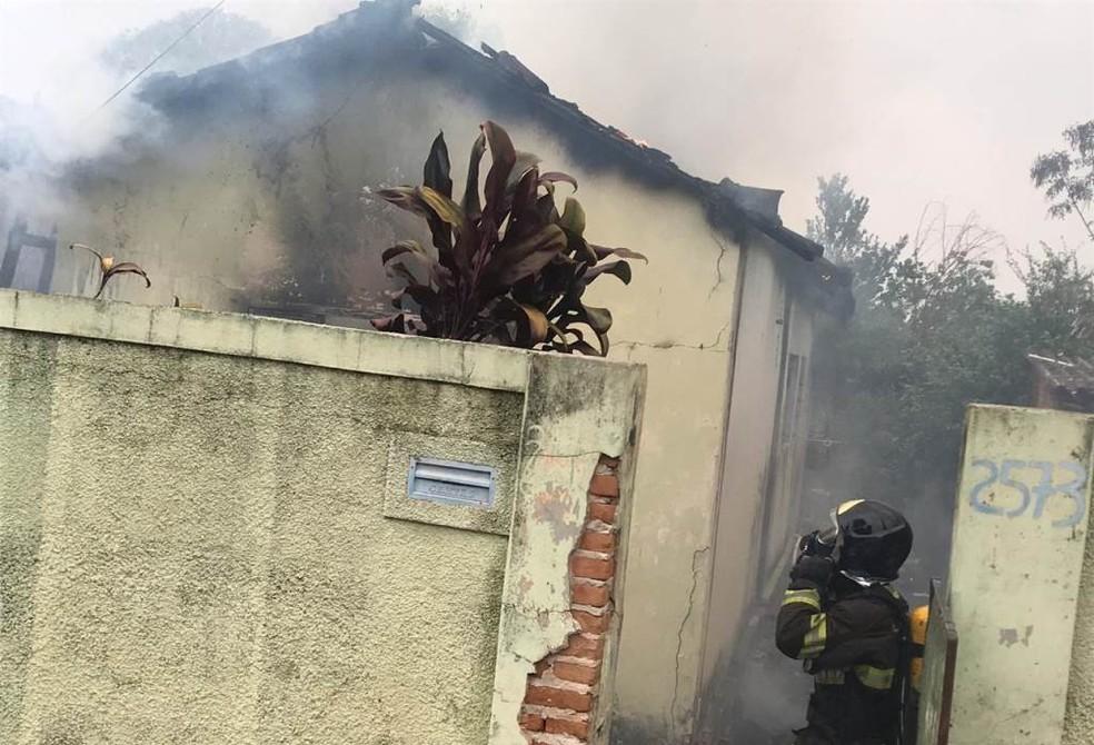 Bombeiros trabalham no combate a incêndio em casa em Araraquara — Foto: A CidadeON/Araraquara