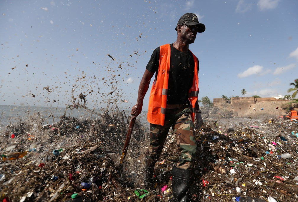 Soldado em meio ao lixo acumulado nas praias da República Dominicana (Foto: REUTERS/Ricardo Rojas)