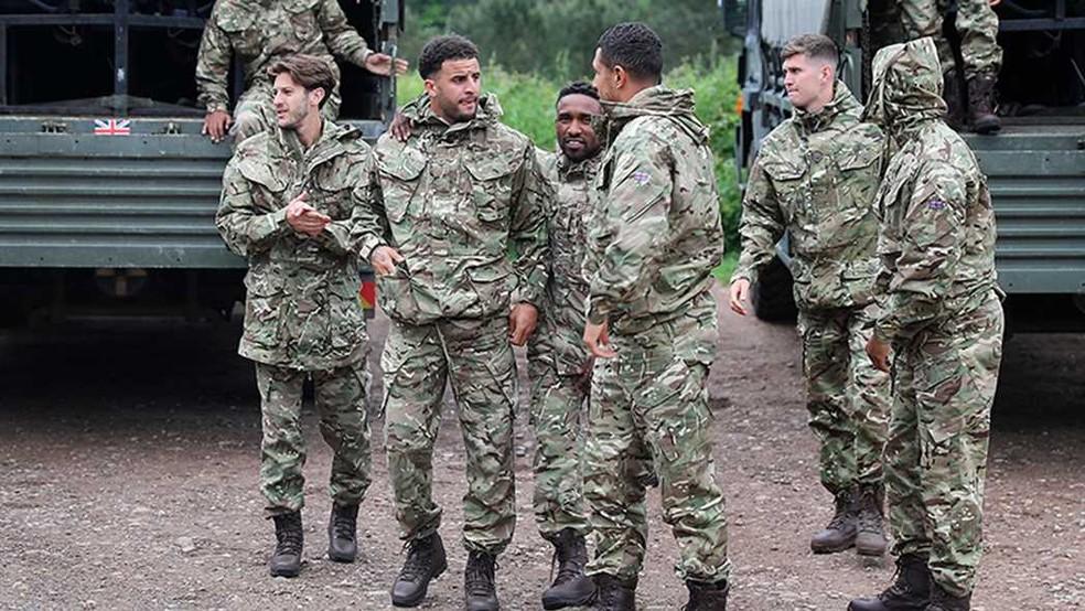 4b1aa8ec59c98 ... Jogadores da Inglaterra em acampamento militar da Marinha — Foto  Barry  Wheeler