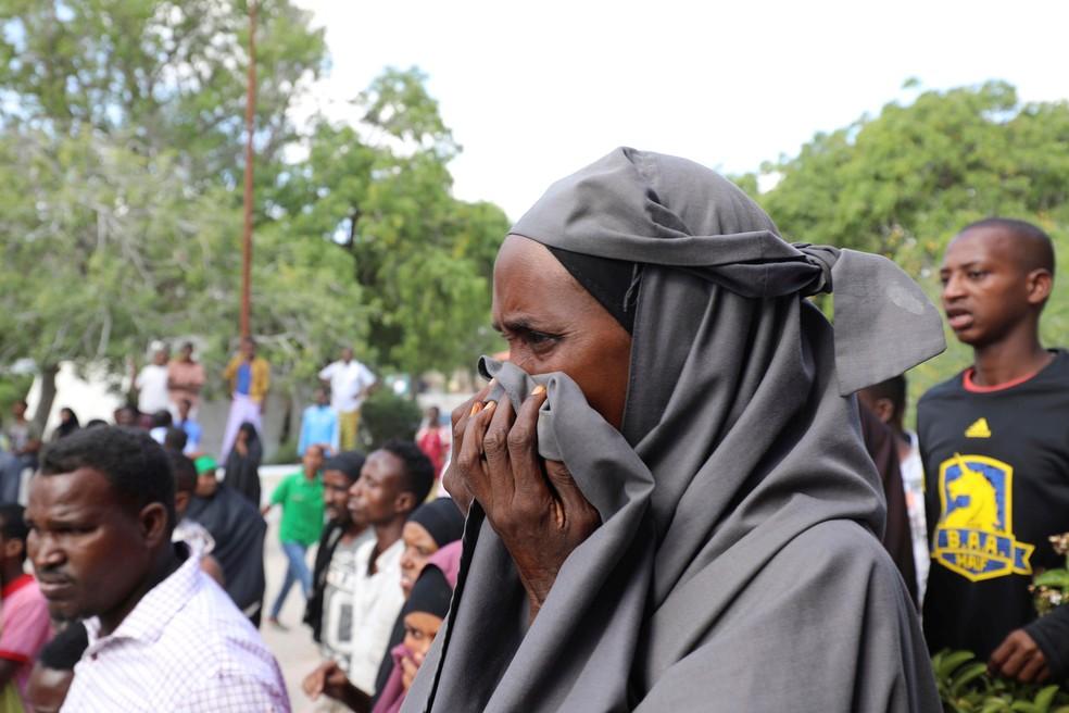 Moradores observam o que restou após a explosão de um carro-bomba na Somália — Foto: Feisal Omar/Reuters
