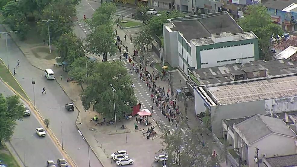 Fila é registrada na área externa da agência da Caixa Econômica no Cabo de Santo Agostinho, no Grande Recife, às 8h desta terça-feira (6) — Foto: Reprodução/TV Globo