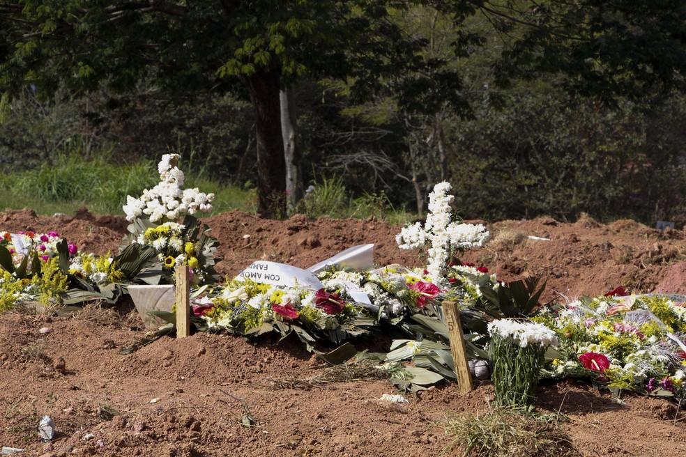 Covas no cemitério Vila Nova Caichoeirinha, em São Paulo. Novas valas estão sendo abertas devido ao aumento de mortes por coronavírus. — Foto: Rogério Galasse/Estadão Conteúdo