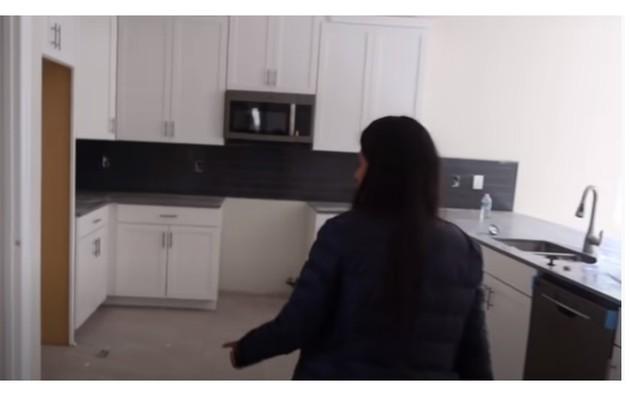 Cozinha de Simone tem despensa, mas ainda está sem eletrodomésticos (Foto: Reprodução/Youtube)