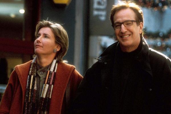 Emma Thompson e Alan Rickman no papel do casal de Simplesmente Amor (2003) (Foto: Reprodução)
