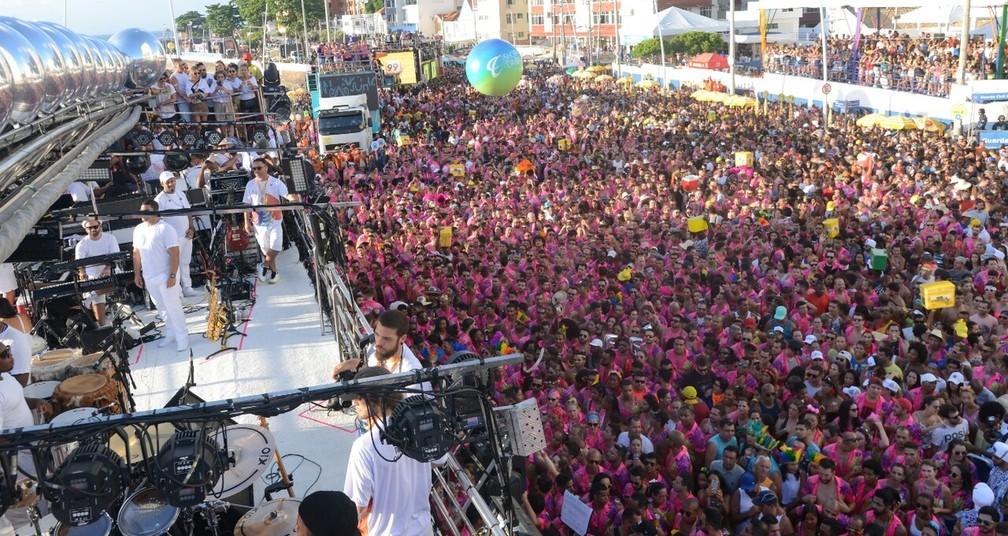 Público na concentração do trio no Farol da Barra — Foto: Márcio Reis/Ag Haack