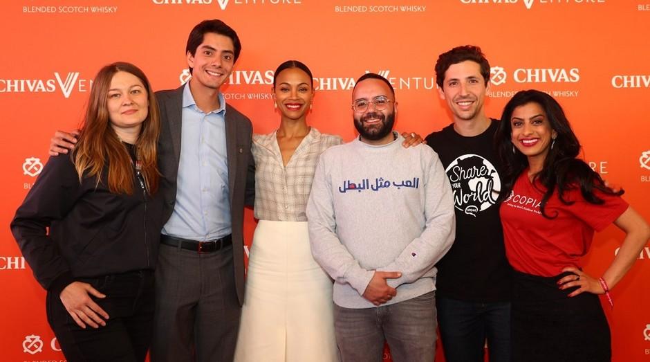 Os cinco finalistas da competição Chivas Venture 2019 acompanhados da atriz e empreendedora Zoa Saldana (Foto: Divulgação)
