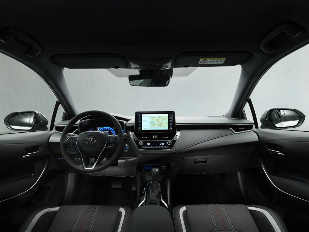 Interior do Corolla GR-S conta com costuras em branco e vermelho, cores da divisão esportiva da marca japonesa — Foto: Divulgação