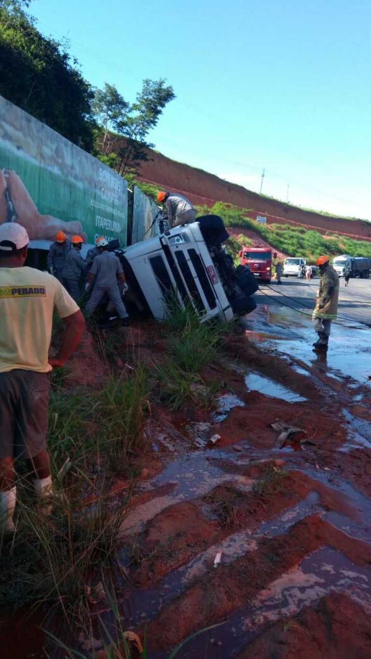 Caminhoneiro morre após carreta tombar na RJ-186, em Bom Jesus do Itabapoana