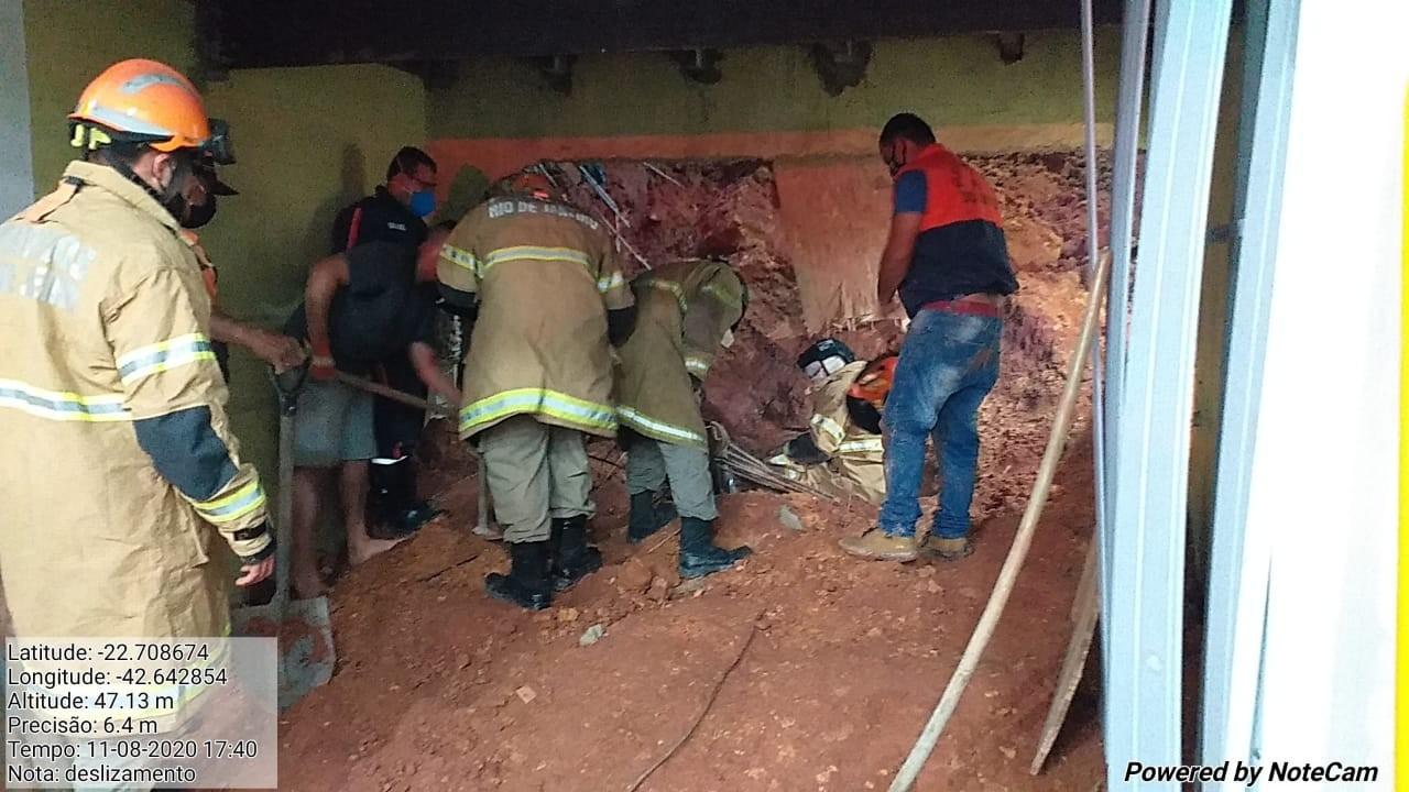 Pedreiro morre soterrado após deslizamento de terra em obra em Rio Bonito, no RJ